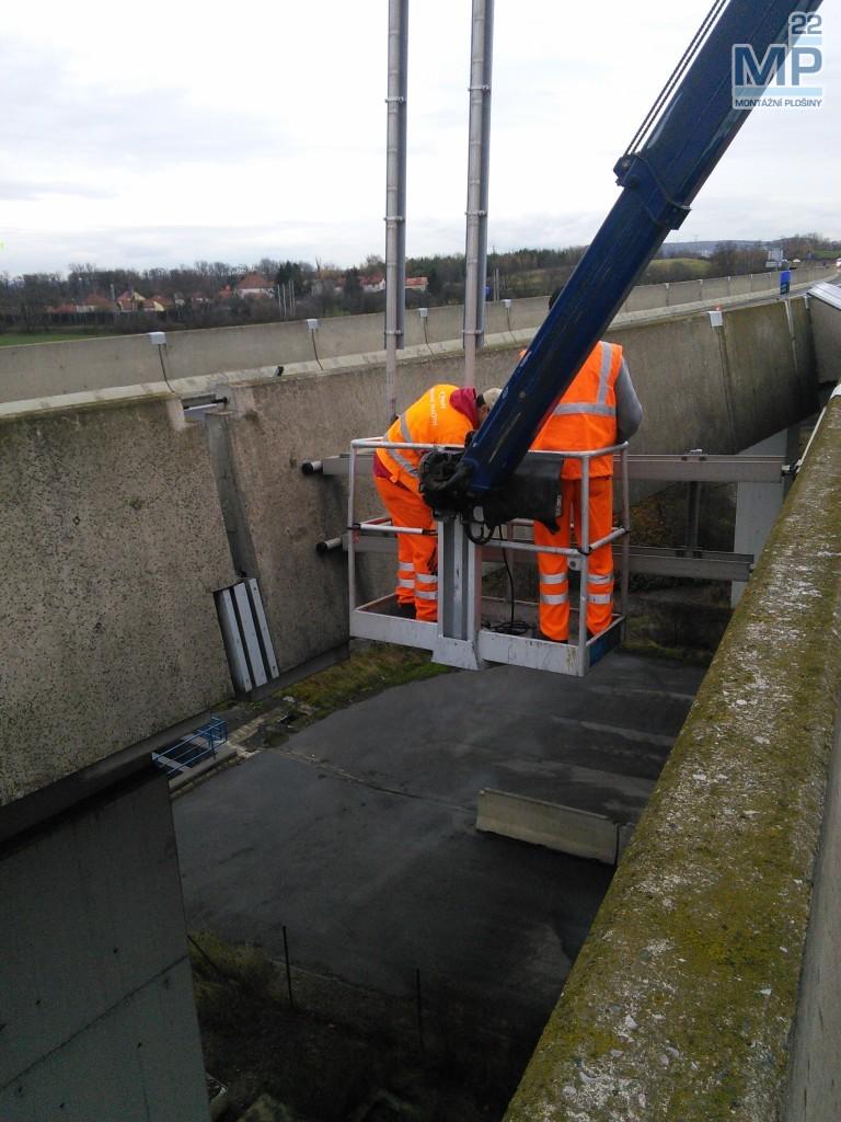 práce na mostu plošinou