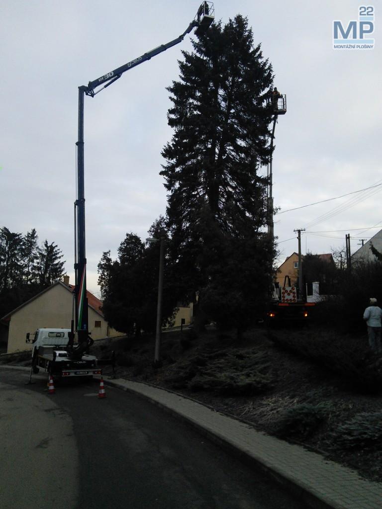 Osvětlování Vánočního stromu plošinou