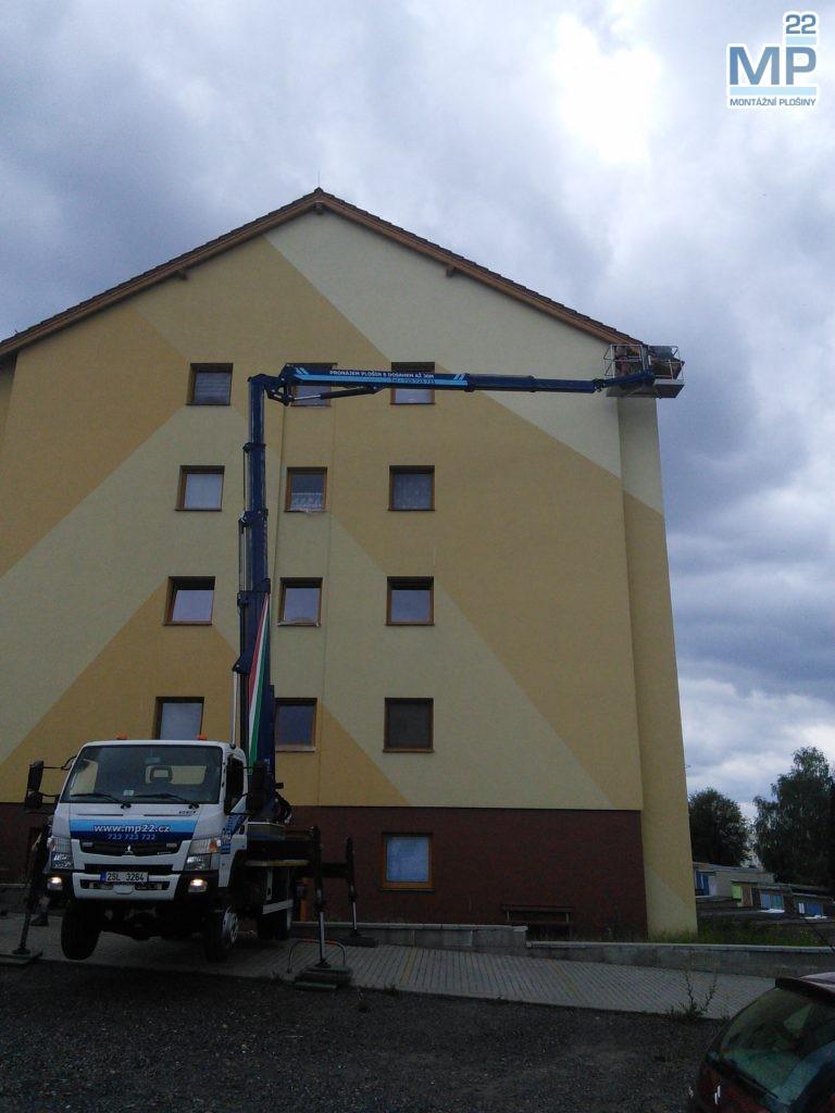 oprava štítu budovy plošinou