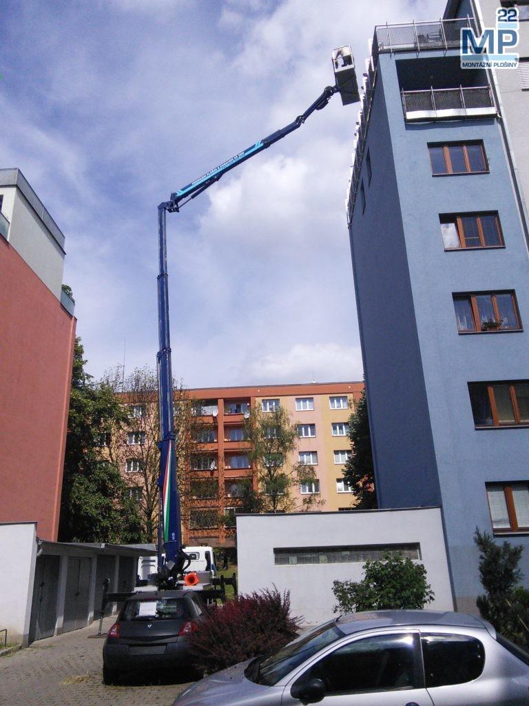 Dokončovací stavební práce na balkóně v 6. NP