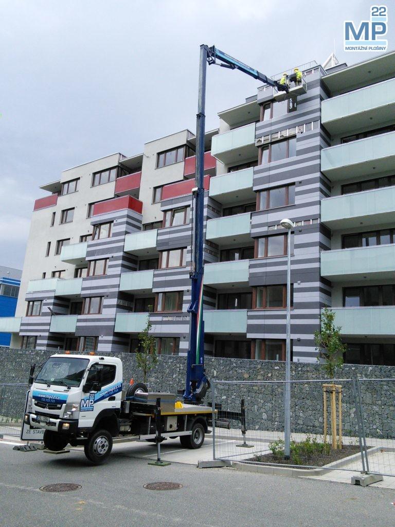 Dokončovací stavební práce na fasádě bytového domu